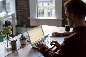 Mężczyzna siedzący przy komputerze