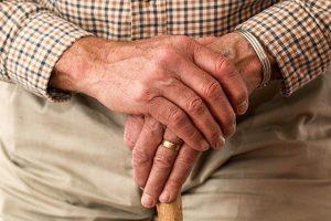 dłonie starego człowieka