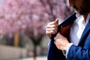 mężczyzna wkładający portfel do kieszeni